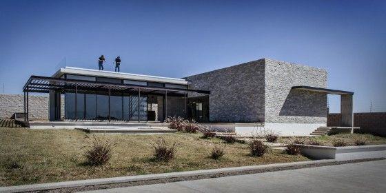 Fachada de casa moderna con piedra y cristal