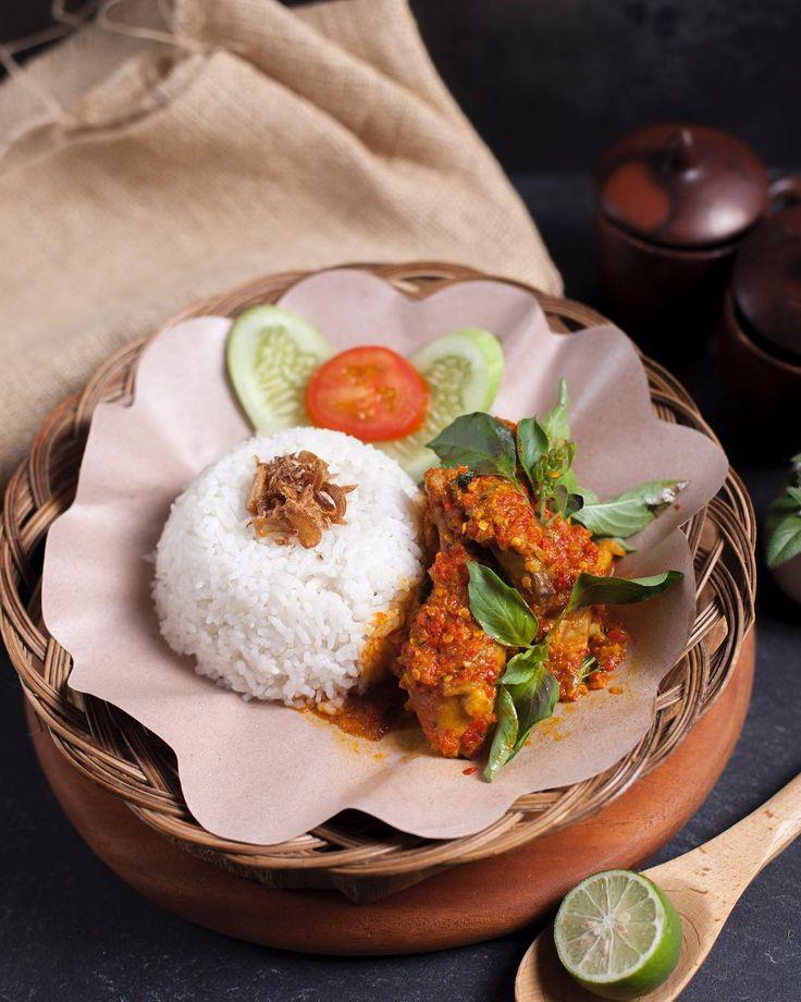 otentik_kitchen• AYAM WOKU • • Ayam woku adalah ayam bumbu khas manado yang memiliki aroma daun kemangi dan disajikan dengan nasi putih atau bisa diganti dengan nasi merah. • Yukk yang habis liburan ke luar negeri pasti kangen kan yang namanya cita rasa lokal. Segera mampir ke @otentik_kitchen dan nikmati berbagai macam masakan otentik khas Indonesia.
