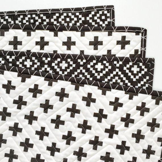 Notre Wholecloth Quilts sont parfaits pour la sur la route, dans votre chambre de bébé, ou sur le lit de votre bébé.  Forte impression de contraste et modèle fait appel à la vue du bébé et développement tactile.  tissus 100 % coton et fil. Très épais 100 % ouate de coton pur écru est rêve deluxe de poids de Quilter.  Dimensions sont approximatives et peuvent varier à deux pouces basés sur la densité de la courtepointe.  Machine à laver et à sécher. Avec le blanchiment, nos couettes gain…
