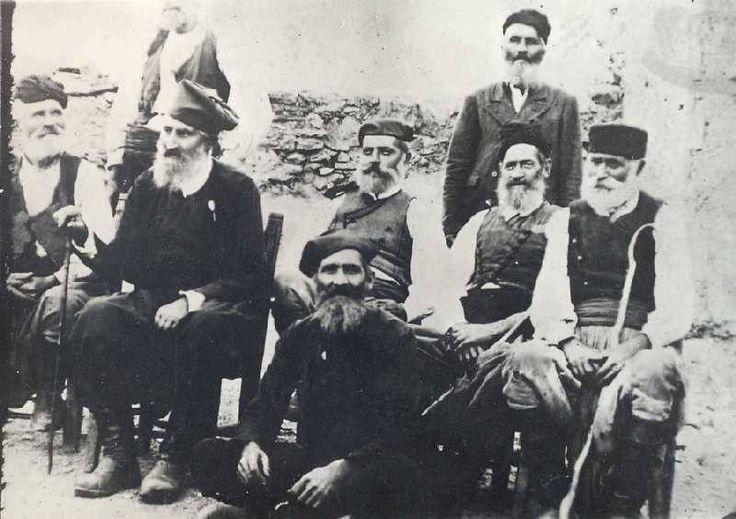 Γέροντες αγωνιστές περιμένουν τα αποτελέσματα στη συνάντηση της Χαλέπας.1878 -Μεγάλες μορφές, μεταξύ των οποίων και ο Λακκιώτης οπλαρχηγός Αναγνώστης Μάντακας, 2ος καθήμενος από αριστερά, που σήκωσε -μετά τριάντα πέντε χρόνια- την Ελληνική σημαία στο φρούριο του Φιρκά-Μιχάλης Πυρουνάκης