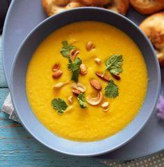 Rist rodfrugterne i stedet for at koge dem – det giver en helt fantastisk smag til denne suppe, der er tilberedt med karry og kokosmælk.
