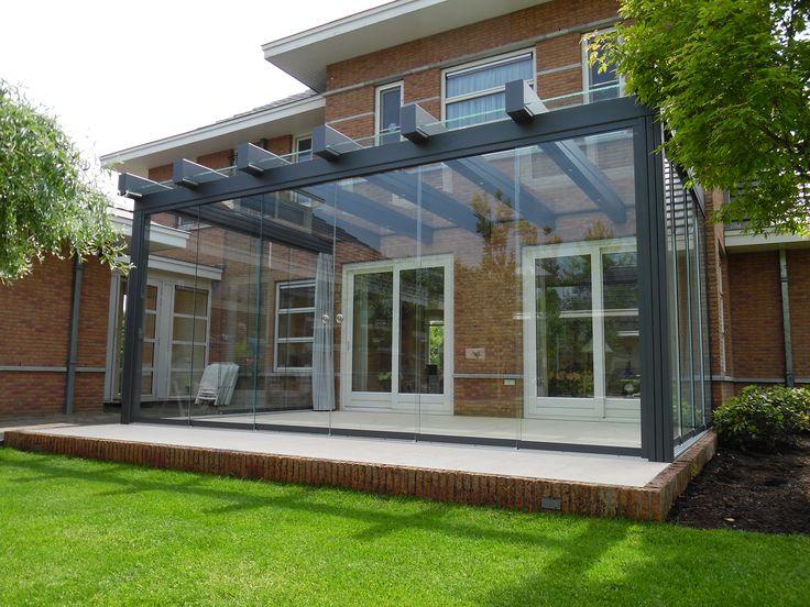 Minimalistisch uitgevoerde stalen terrasoverkapping. Juist daarom geschikt voor elk type woning.
