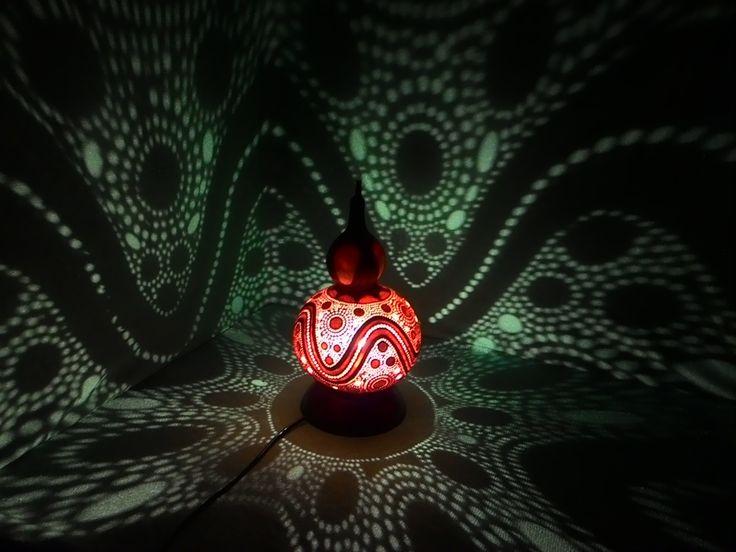 Đèn bàn III Đèn được làm bằng quả bầu Hồ lô. Đường kính của nó là lớn 16-17 cm. Chiều cao của toàn bộ đèn là 32 cm.  Đế đèn được làm bằng gỗ Câm xe.  Đường kính của đế đèn 14,5 cm.  Các thủng được thực hiện bởi tập trận của 8 đường kính khác nhau bằng cách chỉ 0,6 mm.  Các hình chạm khắc màu trắng là các lớp sâu hơn của gỗ mà cho phép một số ánh sáng đi qua nó.