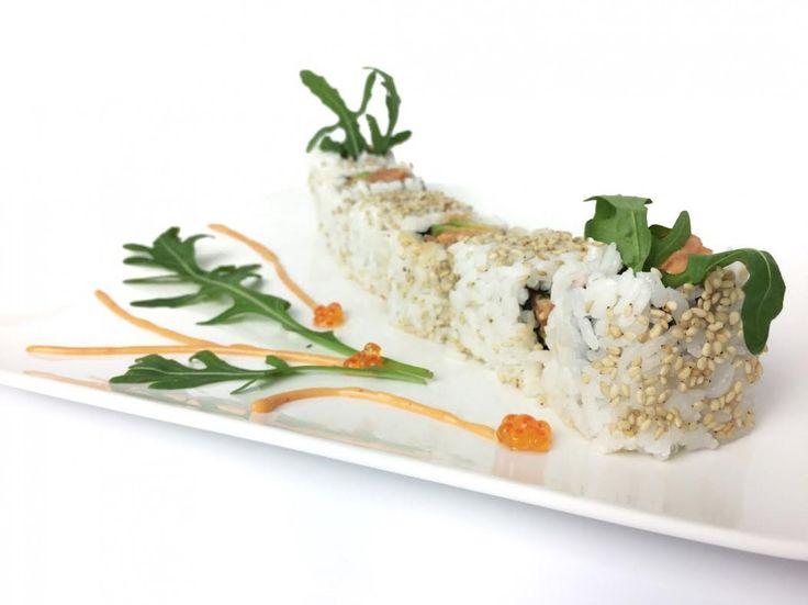 Spicy zalm sushi met rucola