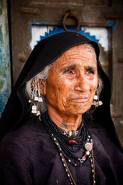India | Portrait of a woman from the Rabari tribe wearing traditional clothing and jewellery in the village of Chhadvara, located roughly 100km from Bhuj in the Kutch District  | © Kimberley Coole