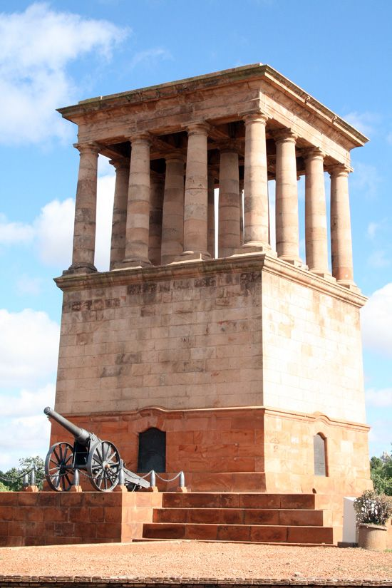 Honoured Dead Memorial in Kimberley was designed by Sir Herbert Baker and built with red sandstone from the Matopo Hills in Zimbabwe. It was built to commemorate those who died in the Siege of Kimberley during the Anglo-Boer War. It was dedicated on 28-11-1904.