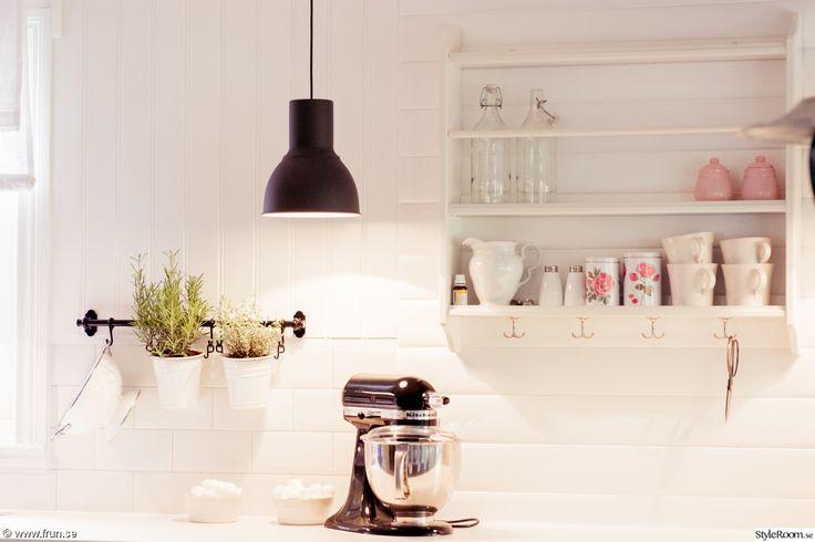 lantligt kök,svarta lampor,vit bänkskiva,lantligt,lantligt vitt,tallrikshylla,balkar i taket,kitchen aid,hushållsassistent