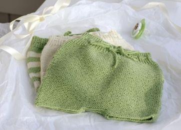 Nem strikkeopskrift: Strik søde og bløde små blebukser til en nyfødt eller helt lille baby