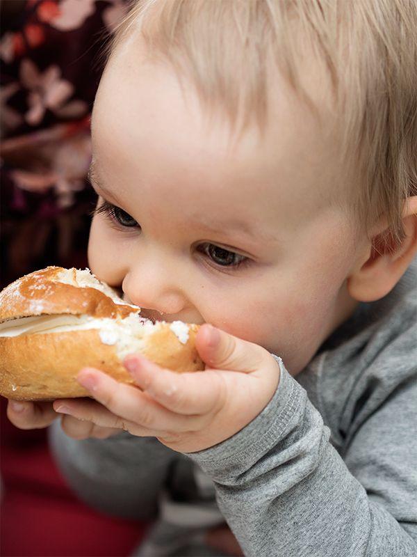 Laskiaispullat maistuvat koko perheelle ja monella on oma tapansa nauttia niitä.