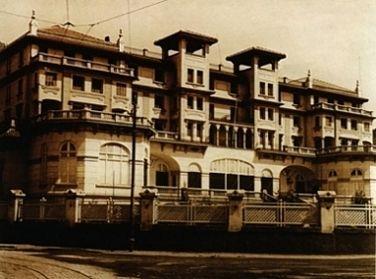 """Contemplamos el antiguo Palacio de Justicia de Málaga. También fue hotel el """"Hotel Alfonso XIII"""" y """"Hotel Miramar"""" en los primeros años de su contrucción. Vemos el lateral que da a la playa.  En la primera imagen, de los años 30 del siglo pasado, el edificio tenía uso hotelero. Lo construyó Fernando Guerrero Strachan con este fin entre los años 1921 y 1926. Tras un profundo proceso de restauración, se convirtió en el Palacio de Justicia de Málaga. Ha permanecido con este uso desde 1987 y…"""