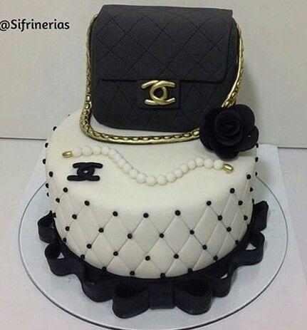 torta cartera,collar y flor en blanco y negro.