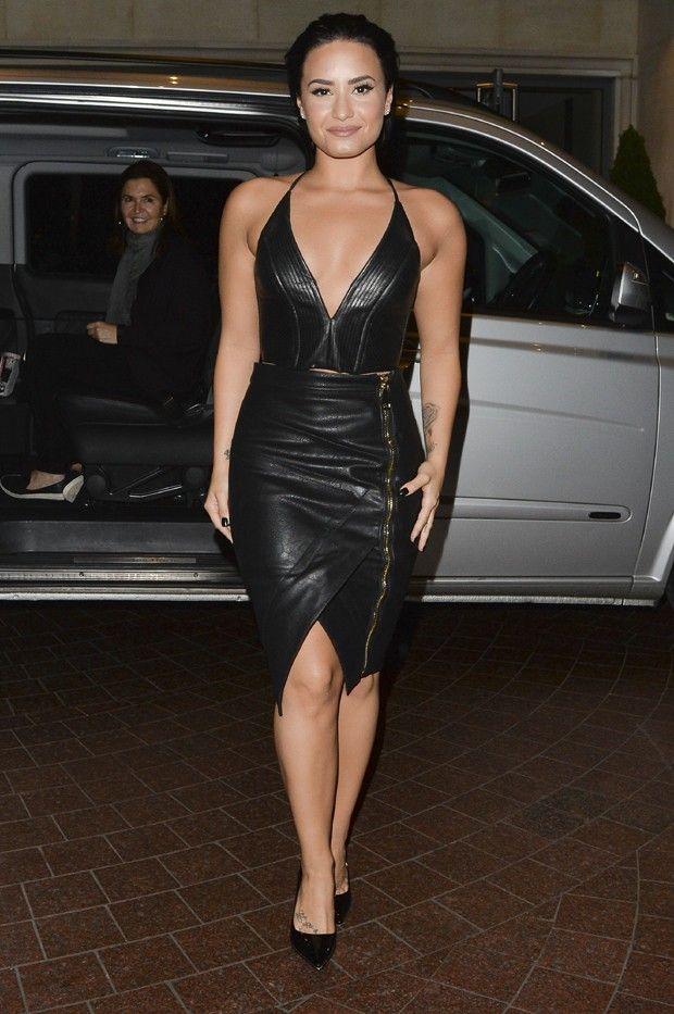 Demi Lovato arrasa com vestidinho de couro decotado em festa