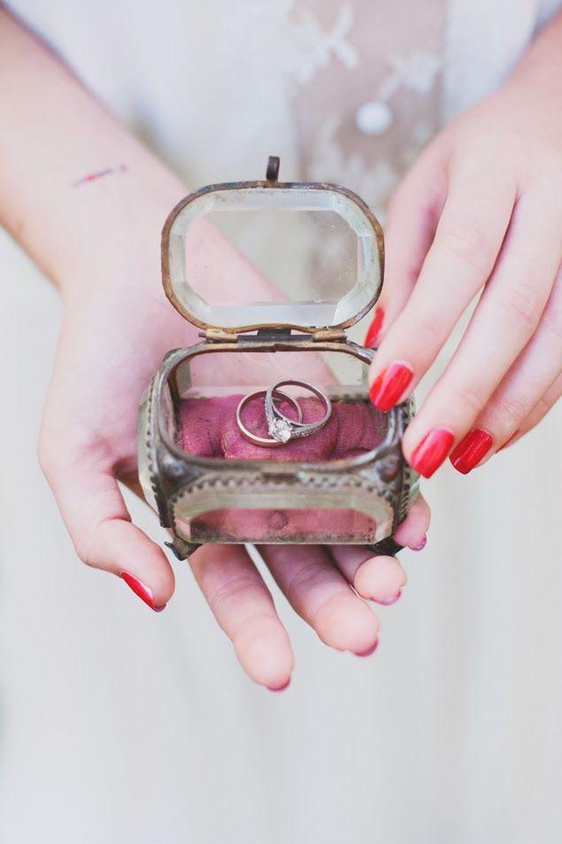 Trendy Wedding, blog idées et inspirations mariage ♥ French Wedding Blog: La ring box vintage ❤ le nouveau coussin d'allianc...