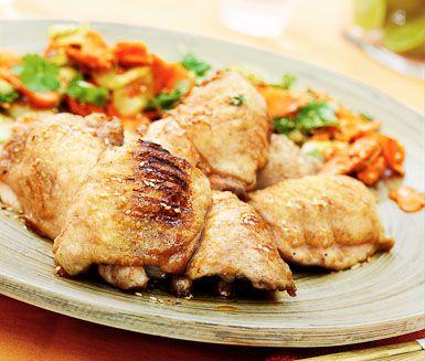 Häpnadsväckande grillad kyckling med smaker av koreansk kryddning. Pensla kycklingen i en smakrik mandusås gjord av soja, sirap, ättiksprit, chili och sesamolja. Till kycklingen serverar du grönsaker som fått marinera i mandusås och jasminris.