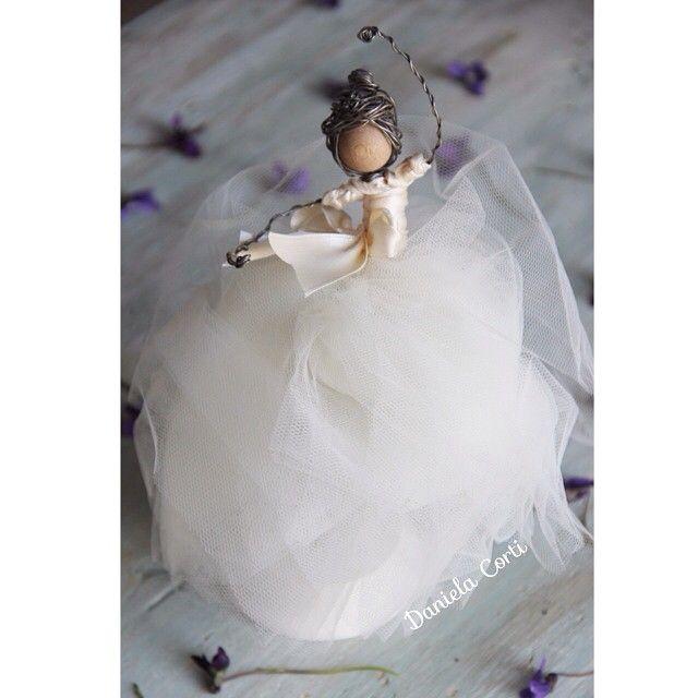 In a fairy tale                                    Cake topper in fil di ferro by Fili di poesia  mixed media doll