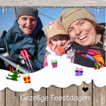 Vrolijke kerstkaart met illustratie (ook binnen) in de sneeuw, met ruimte voor eigen foto! Place your own picture in this happy winter illustration.