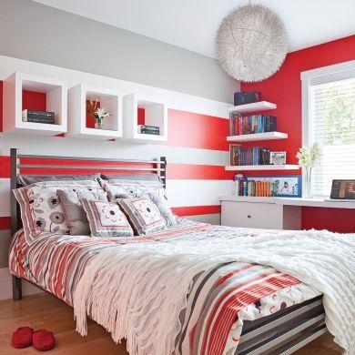 Utilisés en proportions égales, le rouge, le gris et le blanc s'affichent dans un jeu de géométrie structuré pour dynamiser la déco. Obtenues par la technique du color zoning, ces rayures horizontales sont reprises par les tablettes, les lignes qui dessinent le lit ainsi que l'imprimé de la literie.