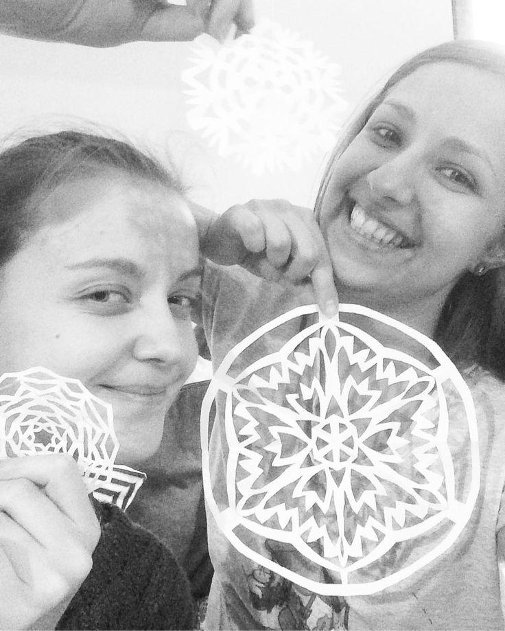 Вырезали снежинок с @polinarias для рождественского настроения. Было весело. #snowflake #xmascrafts