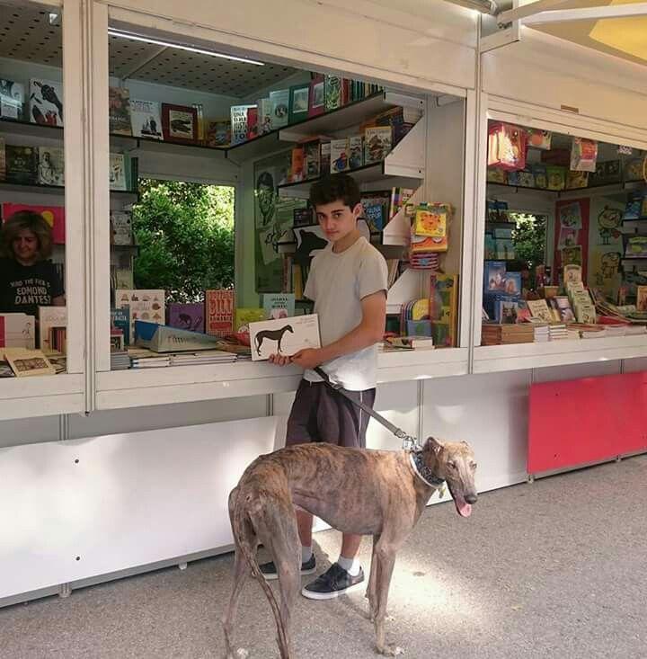 Hoy es festivo en Madrid. Os animamos, pues, a todos los madrileños amigos de los libros y los galgos a pasaros por El Retiro. En Feria del Libro de Madrid en la caseta 310 de Atticus-Finch encontraréis el cuento de #Elsilenciosoamigodelviento. Se trata de un bellísimo y poético libro ilustrado sobre la historia un galgo negro, con cuya compra estaréis ayudando a SOS Galgos.   Para los de fuera de Madrid que queráis conseguir el libro podéis contactar con: lisienator@gmail.com…