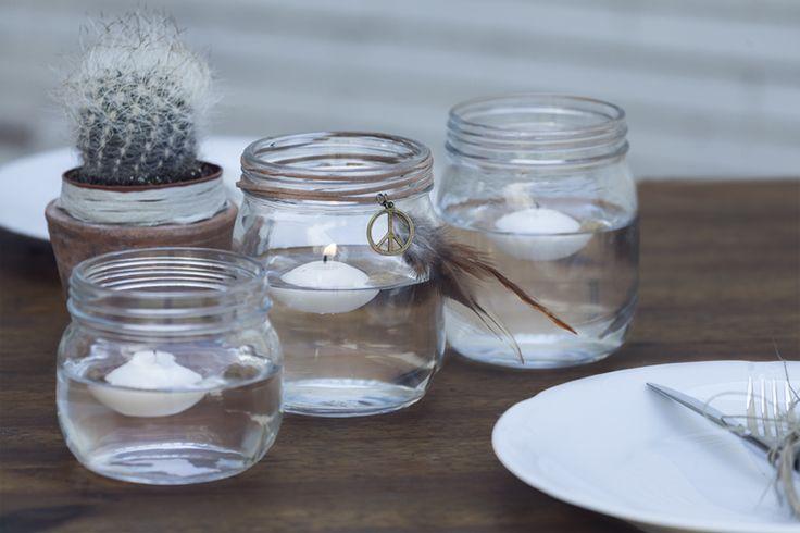 Detalles simples como plumas, velas, cristal y minicactus combinados con buen gusto pueden darle el toque especial a tu mesa. Todo de muy mucho. #cristal #plumas #velas #platos #mesa #decoración #detalles #estilismo #cena #hogar #exterior #interior