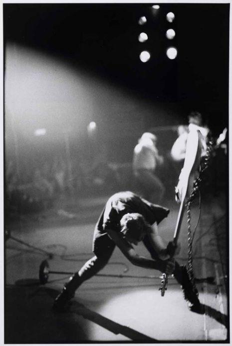 """Cette photo de Paul Simonon des Clash, en train de détruire sa guitare basse au Paladium de New York en 1979, est l'une des photos les """"plus Rock and Roll de tous les temps"""" selon Q magazine et l'une des plus connues de l'histoire du Rock.  Elle fut utilisée pour la couverture de l'album """"London Calling"""" des Clash sorti la même année."""
