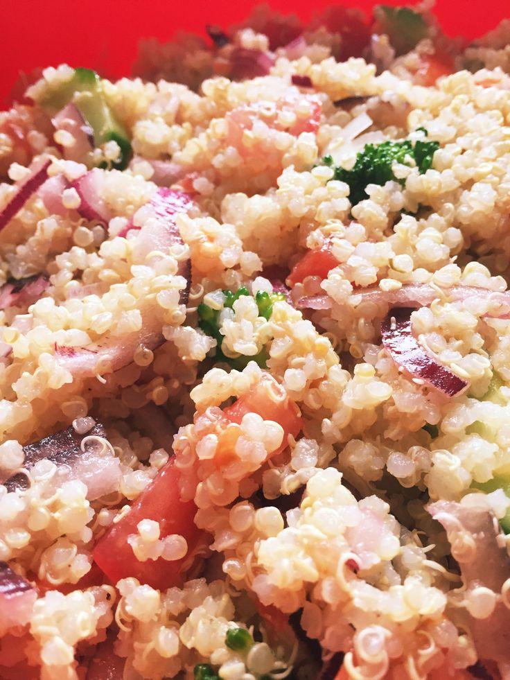 ベーシックなキヌアサラダ(ヴィーガン版)  炊飯器で炊いて簡単! 2倍量で作って、ポットラックにも。これに他に好きな材料を入れれば、自分バージョン ♪    材料 (4人分) ■キヌア 1カップ ■水 2カップ ■ブイヨンスープ 大さじ1 紫たまねぎ 中半個 アスパラガス 中3~4本 きゅうり 1本 トマト 中1個 □オリーブ油 40 cc □レモン汁 50 cc □レモンの皮のすりおろし 1個分 □にんにくチューブ 2 cm □塩こしょう 各小さじ1/2 作り方 1 ■を炊飯器にセットして、普通に炊く。 炊き上がったらほぐして、冷蔵庫で冷ましておく。 2 紫たまねぎは粗いみじん切りで水にさらす。 アスパラガスは1.5cm長に切り下茹でする。きゅうりとトマトも小さめの角切り。 3 □の材料を混ぜておく。 他の材料が冷めたら、全てを混ぜ合わせ、冷蔵庫で冷やす。