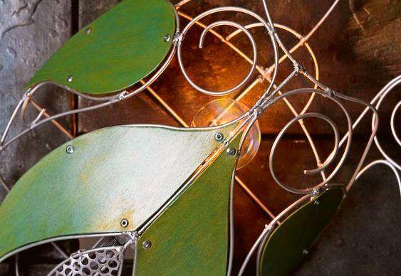 Luminária de metal substitui casco de tartaruga na parede