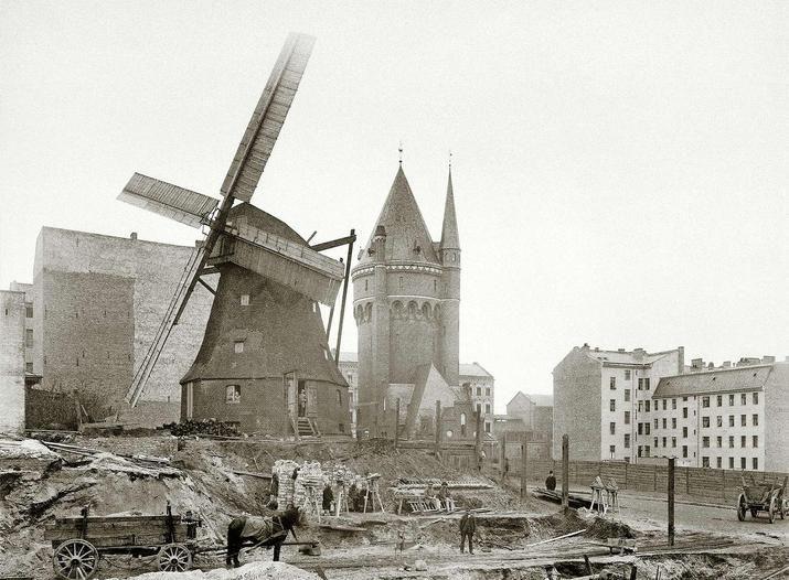 BERLIN 1890, die letzte Windmühle in der Fidicinstraße im Bezirk Kreuzberg, Foto: F. A. Schwartz.
