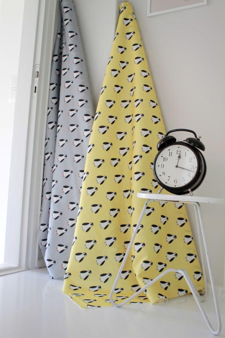 Pingviinitanssi on leikkisä kuosi, joka on kuitenkin niin rauhallinen, että se sopii vaikkapa rauhallisia unia tuomaan vauvan makuuhuoneeseen