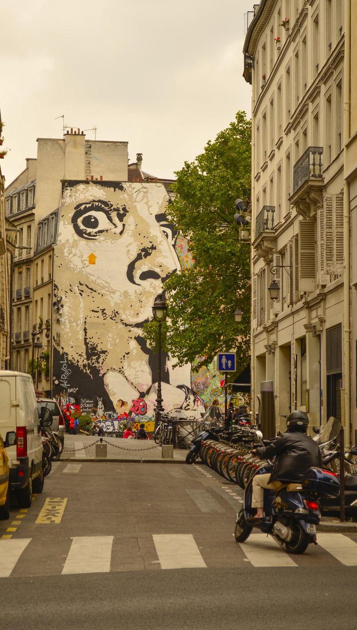 peindre près de Centre Pompidou- BANKSY