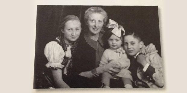 Macar elbisesiyle Semahat Koç, dadı Frau Schwartz, bebek kızkardeşleri Sevgi Koç ve Tirol kıyafetiyle Rahmi Koç. Ankara, 1939.