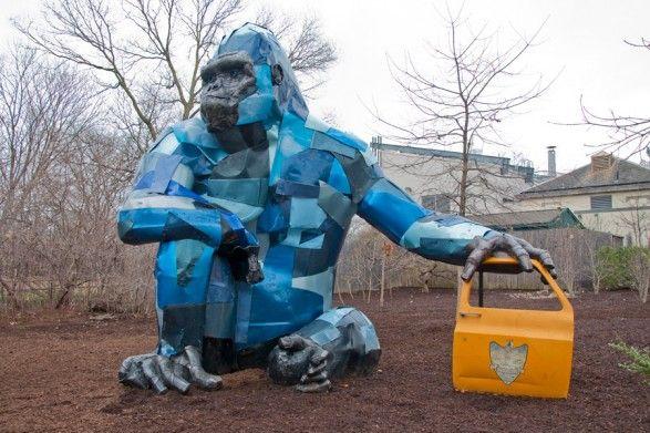 """De Philadelphia Zoo exposeert momenteel """"Second Nature"""". Het kunstproject, een samenwerkingsverband met o.a. Cracking Art, bestaat uit een reeks beelden van bedreigde dieren, volledig uit gerecycled afval gemaakt. Zo is er bijvoorbeeld een levensgrote gorilla, gemaakt van oude autodeuren. Het kunstproject brengt twee 'hot topics' onder de aandacht, namelijk afvalrecycling en bedreigde diersoorten. Tof!  (Photo by T. Scheid for Visit Philadelphia)"""