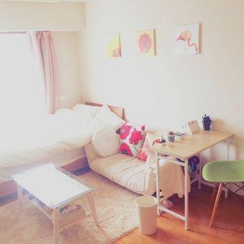 ベッドとローソファーをL字型にくっつけて配置すると、お友達が遊びにきた時に座る場所が確保できます。また、自宅で机に向かうことの多い人は、部屋の中央を向いて座る配置にすると気持ちが良い!
