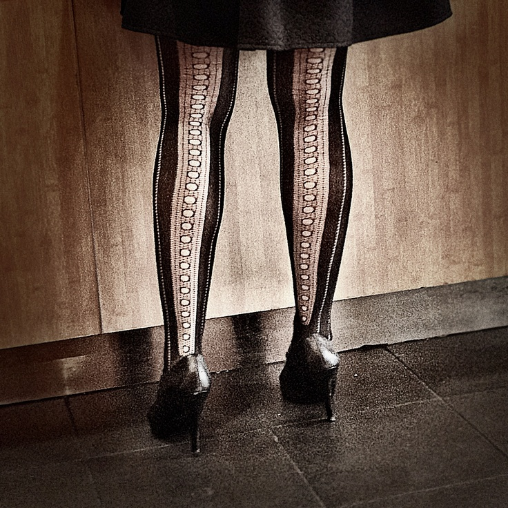 Patterned tights are a simple way to give the black a touch of originality. #slowdown