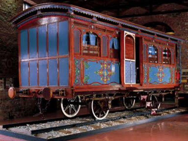 Sultan Abdulazizin 1867 yılında avrupa turuna çıktığında kullandığı, dış boyasına uyumlu olarak, iç dekorasyonu mavi saten ile yapılmış şaşaalı vagon.