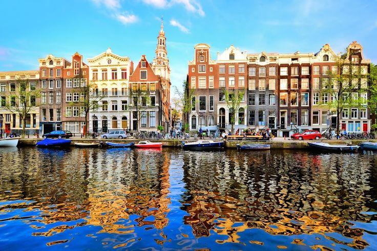#Viajar a #Ámsterdam también es alojarse en sus #hoteles característicos por lo angosto de su construcción y sus escaleras empinadas. Reserva tu #hotel con #Despegar! #trip #travel #turismo #hotelesenamsterdam