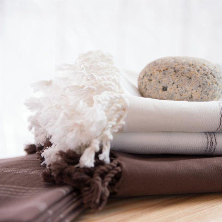 Stijlvolle hammamdoek van soepele biologische katoen, van het merk Living Crafts, in off-white of taupe. Gemaakt van 100% biologische katoen, GOTS-gecertificeerd.      De hammamdoek is een heerlijke doek en geschikt voor vele doeleinden. Neem hem lekker mee naar het strand of gebruik hem tijdens de yoga of in de sauna. Maar ook op de bank of als tafelkleed misstaat deze prachtige doek niet!      De hammamdoek is verkrijgbaar in off-white met taupe accent en in donker taupe met off-white…