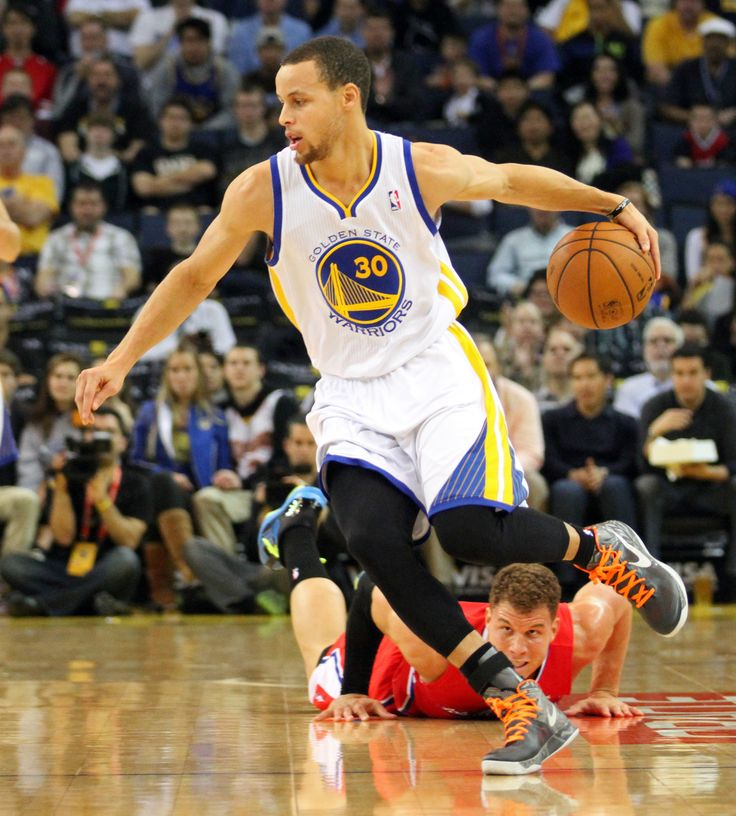 Stephen Curry crossing over Blake Griffen