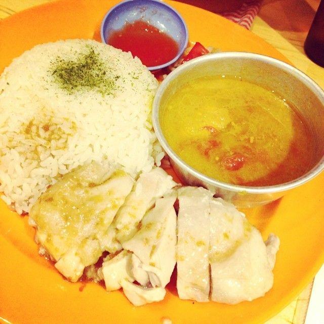 マレーシア料理 チキンライスとチキンカレー  ぅぅーん旨し!  左手にフォーク、右手にスプーン  #ランチ #昼飯 #マレーシア #カレー  #チキンライス