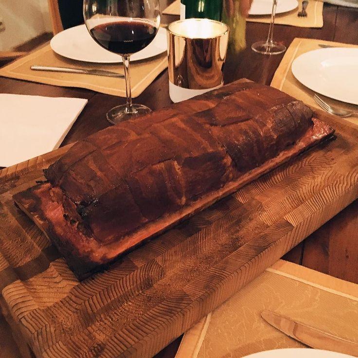 Wędzony klops zawinięty w boczek wędzony na desce klonowej #broilking #broilkingpl #wedzenie wszystko smakuje lepiej z bekonem #instafood #bacon #meatloaf #jesiennejedzenie #mniammniam #foodporn #grillgazowy #grill #grillowanie #grilluje