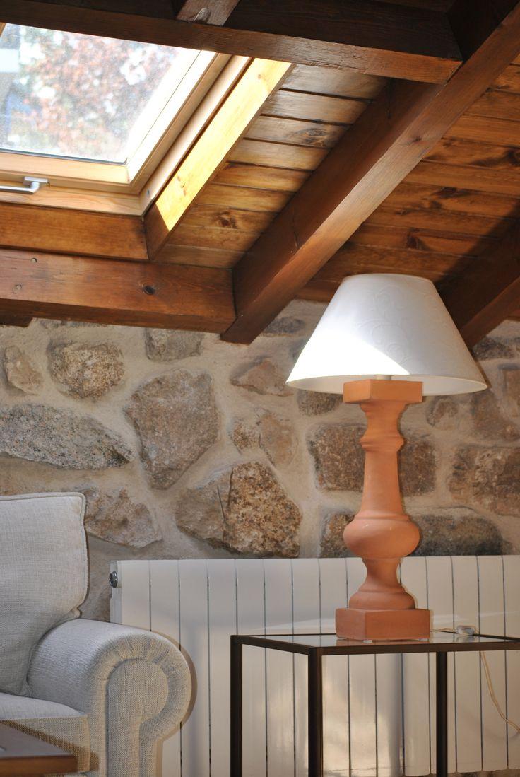 """Amplio salón de estar con televisión plana de 42""""y con sofá-cama de dos plazas en la planta abuhardillada con los techos de madera y ventanas cenitales para iluminación."""