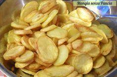 Delle squisite patatine croccanti al forno che piaceranno a grandi e bambini adatte per accompagnare i secondi piatti più sfiziosi.