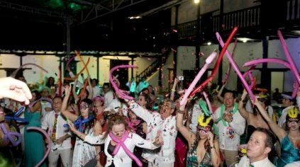 Ofrecemos todo que necesitan para realizar un evento perfecto en Cali.  Iluminación y efectos especiales, Barras Cocteleras, Mesas y sillas tipo Bar para Horas Locas, Fiestas Empresariales, Celebraciones, Matrimonios, 15 años y más.