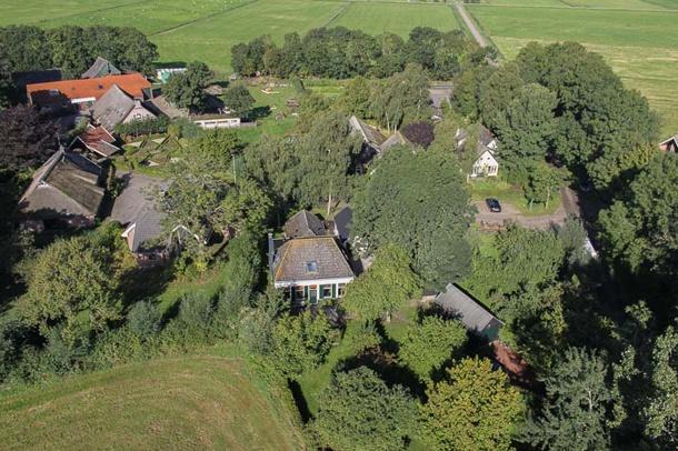 Altijd al je eigen dorp willen kopen? Dat kan nu, want Hamingen, een terpdorp vlakbij Meppel staat in zijn geheel te koop. Of te huur, voor de liefhebber. Het dorp bestaat uit drie royale woonboerderijen, een vrijstaande woning met multifunctionele ruimte, diverse schuren, een werkplaats en een grote moestuin. En veel, héél veel, land...