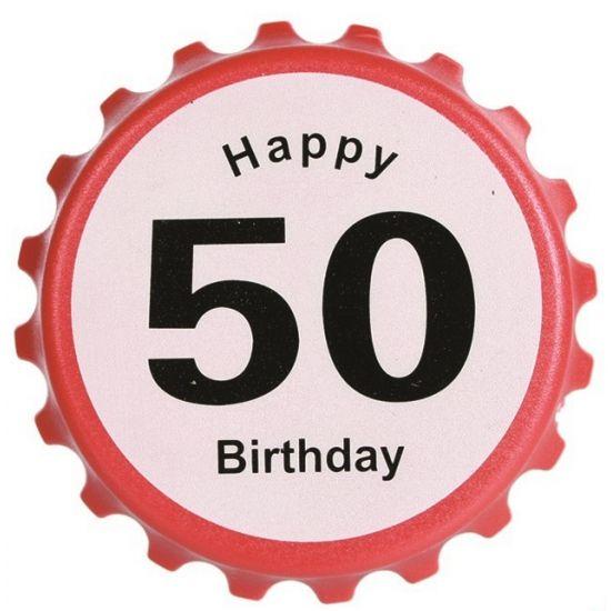 Verkeersbord flesopener 50 jaar. Bierdop flesopener Happy Birthday 50 in verkeersbord thema. De flesopener heeft magneten op de achterzijde om deze te bevestigen op de koelkast.