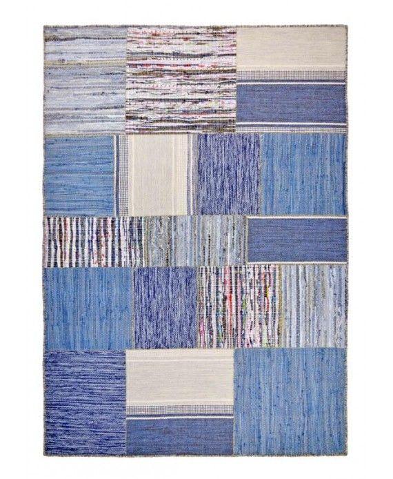 Härlig patchworkmatta gjord av bomull i olika blå nyanser. Hedda passar till fräscht vitt, köket eller till ett ungdomsrum. Mattan har en påsydd baksida av bomull som göra att mattan ligger fint på golvet och är stabil.