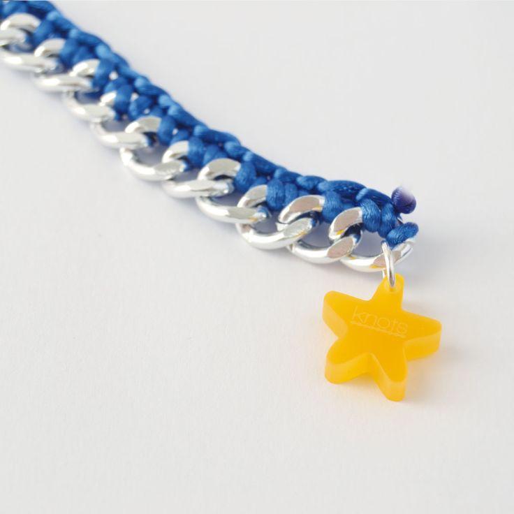 La pulsera Star esta tiene como pieza principal una estrella de color amarillo. Este charm By Knots es un diseño único en acrílico enganchado a una pulsera de cadena plateada de aluminio e hilo de ganchillo de color. http://knotsmadewithlove.com/producto/pulsera-star/