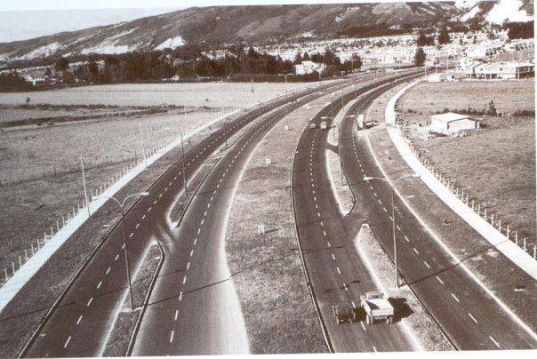 Avenida carrera 68, en 1970. Sector de La Floresta. Metrópolis y Cafam aun no existían.