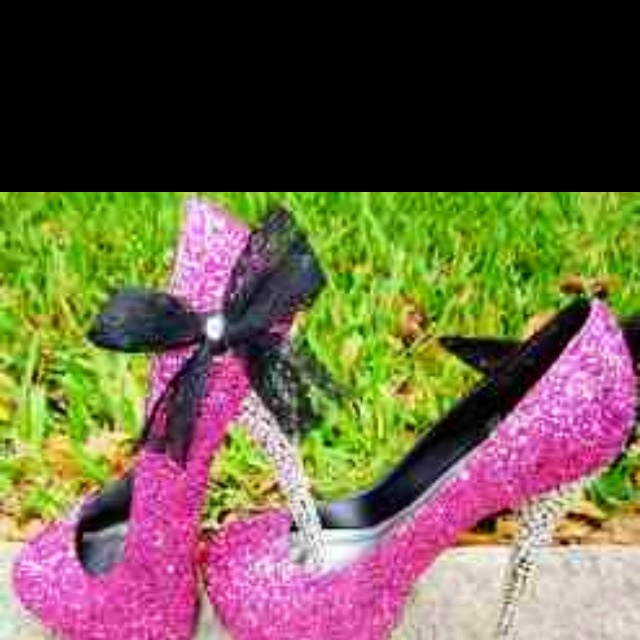 These are the cutest shoes ever! You can wear them with a formal dress, or just with jeans. I give them 5/5 hearts.....