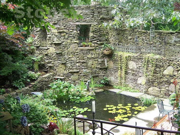 Laghetto da giardino tra mura d'epoca